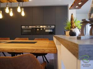 Kücheninsel mit Esstisch & schwarzem Hochschrank, Wohnküche nach Maß, schwarze Küchen von Schreinerei Holzdesign Rapp Geisingen, schwarze Einbauküche mit Kücheninsel in weiß & Holzdekor-Arbeitsplatte, Kücheninsel mit offenem Regal, Küchen nach Maß