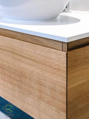 Eiche Massivholzwaschtisch auf Gerhrung gefertigt mit weißer Waschtischplatte, Waschtischunterschrank Eiche im neu renovierten BadezimmerWaschtischplatte in weiß 13 mm Kompaktplatte, massvier Waschtischunterschrank auf Gehrung gerfertigt