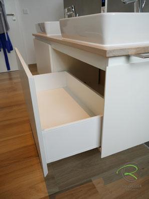 Waschtisch mit Vollauszug & Softclose mit Blum Legrabox,Waschtischplatte Eiche passend zum Fußboden gebeizt,Waschbeckenunterschrank in weiß & gebeizte Waschtischplatte in Eiche, wandhängender Waschtischunterschrank für Aufsatzbecken in weiß lackiert