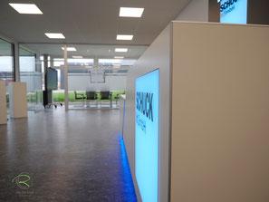Verkaufstheke mit flächenbündiges Lichtpanel mit Firmenlogo im Direktdruck, Empfangstheke mit HPL -beschichteter Holzwerkstoff, Empfangsmöbel in weiß mit farbiger, inidrekter LED-Beleuchtung