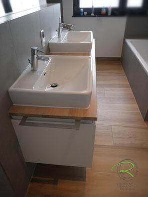 Waschtischplatte Eiche passend zum Fußboden gebeizt,Waschbeckenunterschrank in weiß & gebeizte Waschtischplatte in Eiche, wandhängender Waschtischunterschrank für Aufsatzbecken in weiß lackiert mit Schubladen, griffloser Waschtisch auf Gehrung
