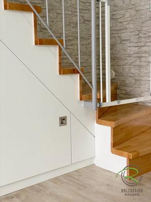 Treppenschrank in gewendelte Treppe, Schrank unter gewendelte Treppe, nachträglich eingebauter Treppenschrank,  Stauraum unter Treppe mit Drehtüren, Treppenschranklösung unter Treppenschräge in weiß mit Drehtüren, Schrank unter Treppe im Treppenverlauf
