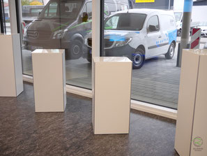 weiße Verkaufssäulen mit innenliegendem Stauraum, grifflos zu öffnen mit Aluminiumkantenschutz wie Verkaufsthek mit Glasablageplatte