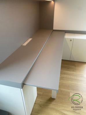 Schreibtischplatte ausgezogen, eingeschobene Schreibtischplatte, Arbeitszimmer-Einrichtung raumhohen Einbauschränken und ausziehbarer Schreibtischplatte in weiß und grau, Büromöbel u. Schreibtisch mit Unterschränken u. Aktenschränken, Schreibtisch