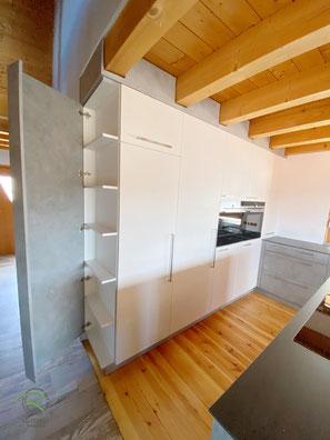 Küchenhochschrankzeile mit Einkofferung in Betonoptik, Küchenhochschrank mit Flaschenschrank u. Einkofferung, Küche mit integrierter Speisekammertür, Hochschrank mit Backofen, Dampfbackofen u. Wärmeschublade, Küche in weiß u. Betonoptik, Einbauküche weiß