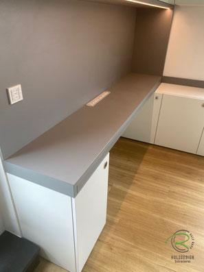 Schreibtisch für Homeoffice, eingeschobene Schreibtischplatte, Arbeitszimmer-Einrichtung raumhohen Einbauschränken und ausziehbarer Schreibtischplatte in weiß und grau, Büromöbel u. Schreibtisch mit Unterschränken u. Aktenschränken, Schreibtisch
