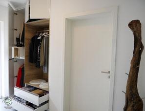 Flurschrank mit Schubladen, Flurmöbel in weiß Hochglanz & offene Eiche-Dekor Garderobennische, Garderobenschrank mit Schlüsselnische in weiß Hochglanz & Holzdekor, Dielenmöbel für Garderobe & Schuhschrank in weiß Hochglanz, Garderobenschrank in Wandnische