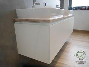 Waschbeckenunterschrank weiß mit umlaufender Griffleiste, Waschbeckenunterschrank in weiß & gebeizte Waschtischplatte in Eiche, wandhängender Waschtischunterschrank für Aufsatzbecken in weiß lackiert mit Schubladen, griffloser Waschtisch auf Gehrung