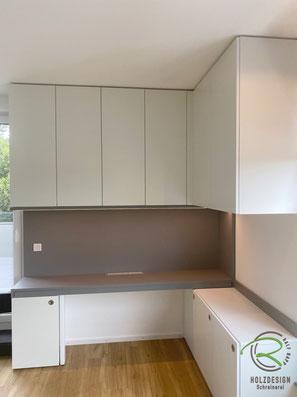 Ober- & Unterschränke Homeoffice, eingeschobene Schreibtischplatte, Arbeitszimmer-Einrichtung raumhohen Einbauschränken und ausziehbarer Schreibtischplatte in weiß und grau, Büromöbel u. Schreibtisch mit Unterschränken u. Aktenschränken, Schreibtisch