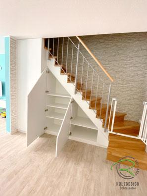 Treppenschrank mit 3 Korpus nach Maß im Treppenverlauf, Schranklösung unter Treppe für max, Stauraum, weißer Treppenschrank nach Maß von Schreinerei Holzdesign Ralf Rapp, Maßschrank unter gewendelte Treppe, Schrank im Treppenverlauf, Stauraum unter Treppe