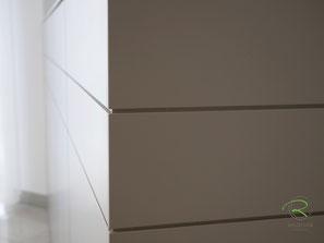 Kommode mit umlaufend 4 mm Fugen, Highboard für Esszimmer in greige lackiert, Design-Sideboard nach Maß von Schreinerei Holzdesign Ralf Rapp, Esszimmer Anrichte lackiert mit Nussbaum-Massivholz-Innenschubladen, Kommode für Esszimmer, Siddeboard lackiert