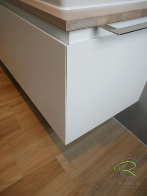 Badmöbel auf Gehrung - schmales Fugenbild,Waschtischplatte Eiche passend zum Fußboden gebeizt,Waschbeckenunterschrank in weiß & gebeizte Waschtischplatte in Eiche, wandhängender Waschtischunterschrank für Aufsatzbecken in weiß lackiert mit Schubladen