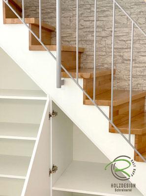 Stauraum unter Treppe mit Drehtüren, Treppenschranklösung unter Treppenschräge in weiß mit Drehtüren, Schrank unter Treppe im Treppenverlauf, Einbauschrank in weiß unter Treppenschräge, Einbauschrank in weiß nach Maß unter gewendelte Treppe,