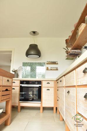 Vintage Küche mit Backofen von Siemens mit Pyrolyse, Eiche Massivholzküche im Shabby-Chic, Küchenhocker für Vollholzküche mit Insel in Eiche massiv, Barhocker in Eiche massiv, Vintage Küche mit Kücheninsel in Eiche massiv mit gekalkten Eichen-Küchenfront