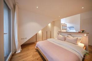 weißer Schlafzimmer-Schrank mit Schräge links,  Drempel Schrank in weiß mit Massivholz Eichen-Griffleisten, Dachschrägenschrank Schräge links mit weißen Fronten u. Massivholz-Eichengriffleisten, Kleiderschrank unter Dachschräge in weiß,