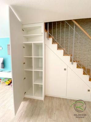 Einbauschrank an gewendelter Treppenverlauf angepasst,Schranklösung unter Treppe für max, Stauraum, weißer Treppenschrank nach Maß von Schreinerei Holzdesign Ralf Rapp, Maßschrank unter gewendelte Treppe, Schrank im Treppenverlauf, Stauraum unter Treppe