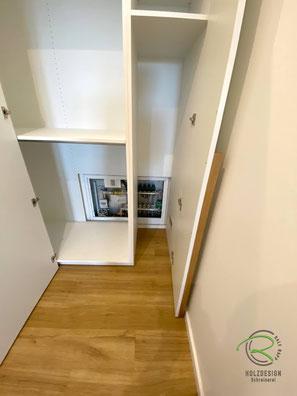 Öffnung für Fußbodenheizung im Flurschrank, Blende im Garderobenschrank für Tür-Fußbodenheizung,Flurschrank über Eck mit Inneneinteilung nach Kundenwunsch - Stauraum für Garderobe u. Bügelstation, Garderobenschrank in weiß über Eck