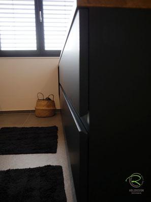 Waschtischfront schwarz mit eingefräster 28° Griffleiste, Waschtischbeckenunterschrank matt schwarz u. Antifingerprint Beschichtung u. einer Eiche-Massivholz-Aufsatzplatte für Aufsatzbecken mit offenem Regal u. integrierter Griffleiste