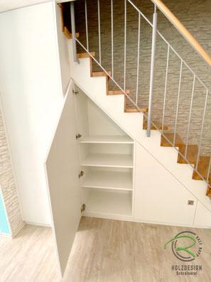 Treppenschrank mit individuell verstellbare Einlegeböden, Schranklösung unter Treppe für max, Stauraum, weißer Treppenschrank nach Maß von Schreinerei Holzdesign Ralf Rapp, Maßschrank unter gewendelte Treppe, Schrank im Treppenverlauf von Holzdesign Rapp