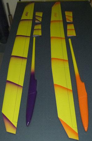 2 planeurs Aldij Aeromod démontés sur une table dans l'atelier