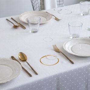 SUSTAINED tafellinnen met vlekken