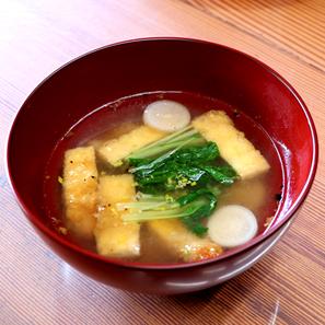京揚げと赤大根のお味噌汁