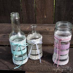 alte gläser & flaschen nicht wegwerfen, lieber mit verschiedenen bändern aufhübschen...