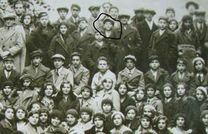 Эй-14. Фрагмент снимка всей школы. Соломон обведен черной линией