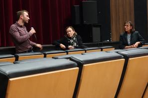 """Mathias Théry (réalisateur) et Irène Théry (sociologue) présentant leur film """"La sociologue et l'ourson""""."""