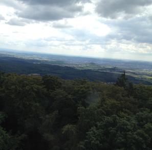 Blick vom Dünsberg auf den Hegstrauch (rechts) und den angrenzenden Krofdorfer Forst