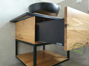 Eiche Waschtischunterschrank mit Metallkonsole u. offenem Ablagefach von Schreinerei Holzdesign Ralf Rapp in Geisingen mit schwarzer Schublade, schwarzem Aufsatzwaschbecken und integriertem Handtuchhalter