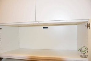 abklappbare Rückwand im Schuhschrank zur Öffnung der Fußbodenheizung im Einbauschrank Garderobe