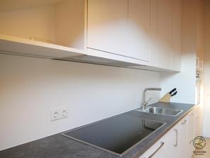 Flachschirmhaube im Oberschrank in Küche mit Dachschräge integriert, Küchenhängeschrank in Dachschräge angepasst, Küchen Oberschrank als Dachschrägenschrank