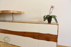 Sideboard mit drehbarem Stehtresen, Schreibtischplatte in Nussbaum mit flächenbündiger Schreibtischunterlage in Möbellinoleum