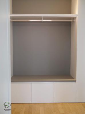 Garderobenschrank in weiß Hochglanz mit offener Garderobennische mit Edelstahl Kleiderstange u. Schubladen und Schuhschrank in Garderobennische, Einbauschrank Garderobe in Wandnische in weiß Hochglanz und offener Garderobennische in grau