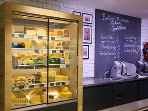 Aktionstafeln für Metzgereiabteilung, Käse-Kühlschrank mit Holzdekor-Umrandung, Ladeneinrichtung Käse- und Wurstabteilung, Bildplatten mit Kreidetafeln, Bildplatten für Ladenbau auf Maß mit Kreideplatten
