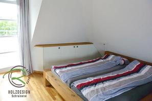 Dachschrank nach Maß in weiß und Eiche massiv, Balkenbett