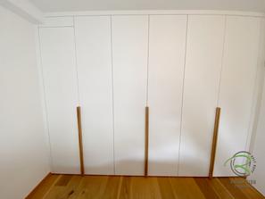 Raumhoher Einbaukleiderschrank in weiß mit Eiche Griffleisten von Schreinerei Holzdesign Ralf Rapp in Geisingen mit Massivholz Innenschubladen