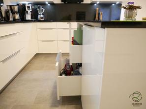 Kücheninsel mit geschlossenen Seitenwänden- Blum Legrabox weiße, offene Hochglanz Wohnküche mit Granit Arbeitsplatte Nero Assoluto poliert mit kleiner Kochinsel u. Sitzplatz, raumhoher Hochschrankzeile mit Glasvitrinen als Küchenabschluss