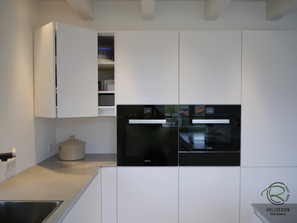 grifflose, weiße Design Küche Eckschrank mit Falttürenschrank & Innenschubalde mit oriongrauen Schubladen von Blum Legrabox mit Halbkochinsel 12 mm Keramik Arbeitsplatte