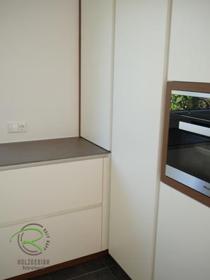 moderne Küche weiß mit Eckschrank für raumhohen Hochschrank von Schreinerei Holzdesign Ralf Rapp in Geisingen in weiß und Nussbaumdekor mit senkrechter, weißer Griffleiste