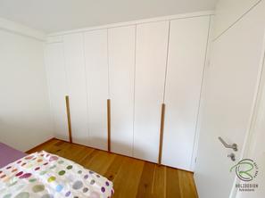 Schlichter Einbauschrank in weiß und Eiche Griffleisten nach Maß in Wandnische von Schreinerei Holzdesign Ralf Rapp in Geisingen