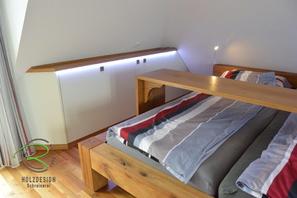Einbauschlafzimmerschrank nach Maß in Dachschräge mit Balkenbett u. abklappbare Frühstücksteke