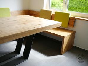 Modernen Eckbank mit Massivholztisch in Eiche massiv, seidenmatt lackiert, mit pulverbeschichtetem Metalltischgestell u. wandhängende Rückenlehne Massivholz Eckverbindugnen in Fingerzinken u. Sitzfläche mit gemütlicher Sitzmulde, Tischplatte 8 cm