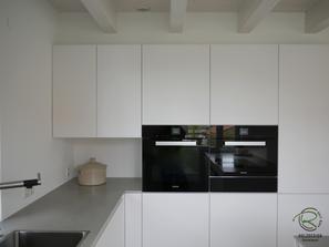 Eckschrank in Hochschrankzeile mit offener Nische grifflose, weiße Design Küche mit oriongrauen Schubladen von Blum Legrabox mit Halbkochinsel 12 mm Keramik Arbeitsplattefür