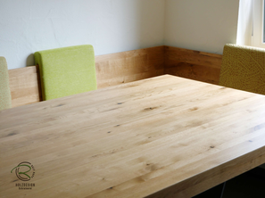 U-Eckbank mit Massivholztisch in Eiche massiv, seidenmatt lackiert, mit pulverbeschichtetem Metalltischgestell u. verschiebbaren Rückenpolstern, Massivholz Eckverbindugnen in Fingerzinken u. Sitzfläche mit gemütlicher Sitzmulde, Tischplatte 8 cm