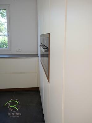 Raumhohe Hochschrankzeile mit vertikaler, weißer Griffleiste für moderne Küche in weiß u. Nussbaumdekor von Schreinerei Holzdesign Ralf Rapp in Geisingen