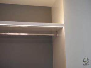 eckige Kleiderstange in Garderobennische, Garderobenschrank mit Schuhschrank u. Massivholz-Eichen-Griff in weiß Hochglanz u. offener Garderobennische mit Kleiderstange in staubgrau mit indirekter Beleuchtung