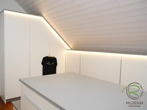Ankleidezimmer in weiß und graum mit Dachschräge mit Schubladenkommode