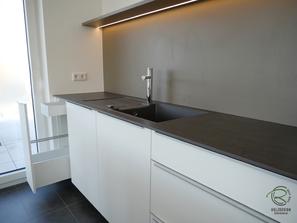 Küchenzeile weiß mit Auszug für Geschirrtücher,Kücheninsel weiß mit Mülltrennsyste u. mit Orga-Schublade Aufbewahrung von Spülbürste o. Schwämme, weiße Kücheninsel mit Aluminium Griffleiste auf Front,  Schreinerküche weiß mit Keramik-Neolith Arbeitsplatte